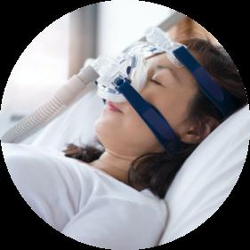 無呼吸症状でCPAP療法を受ける女性
